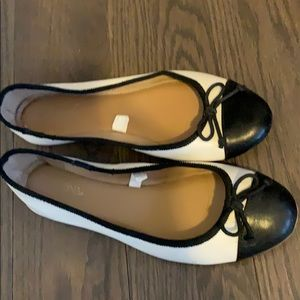 super comfy black/white flats